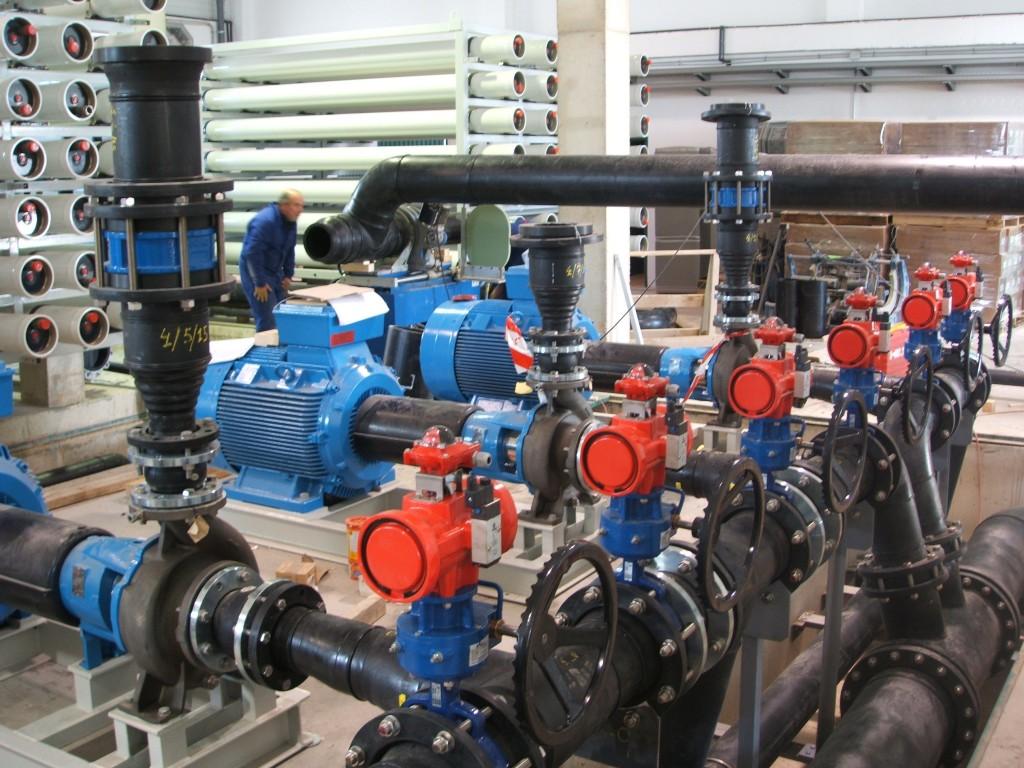 Sistema de tuberías en planta desaladora